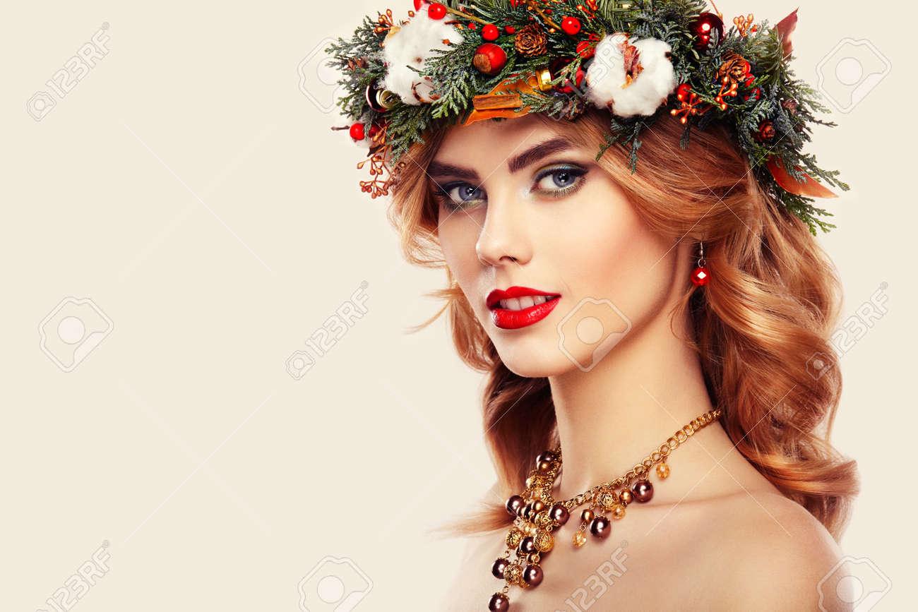 Portrait De La Belle Jeune Femme Avec Couronne De Noël. Belle Nouvelle  Année Et De Noël Coiffure Arbre De Noël Et Le Maquillage. Beauté Fille  Portrait Isolé