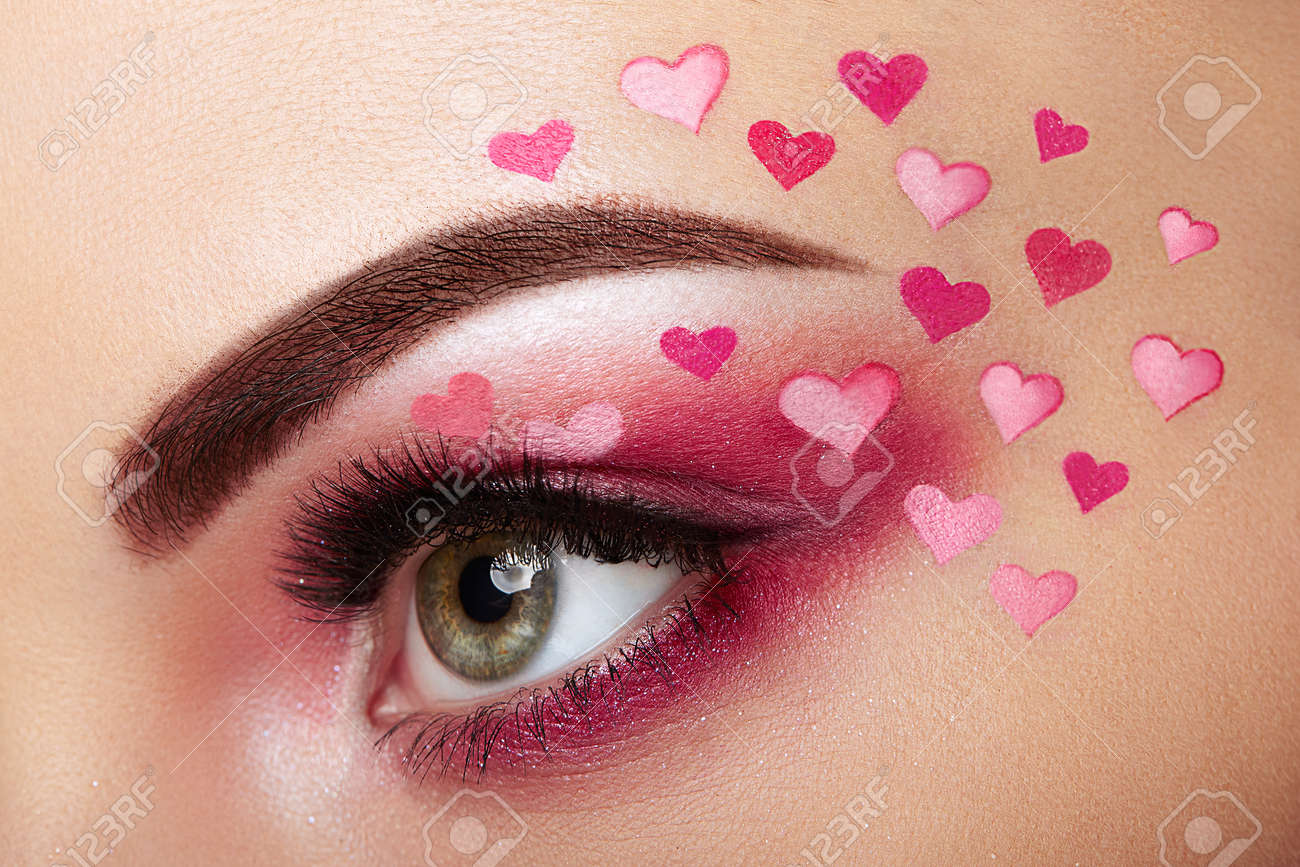 Maquillaje Para Ojos Niña Con Un Corazón Maquillaje De Día De San