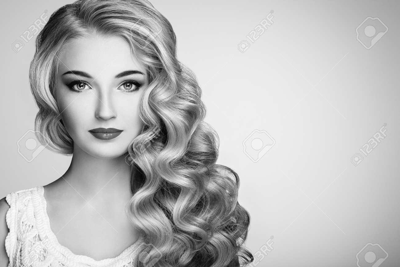 Photo Noir Et Blanc De Belle Femme Avec Coiffure Elegante Jeune