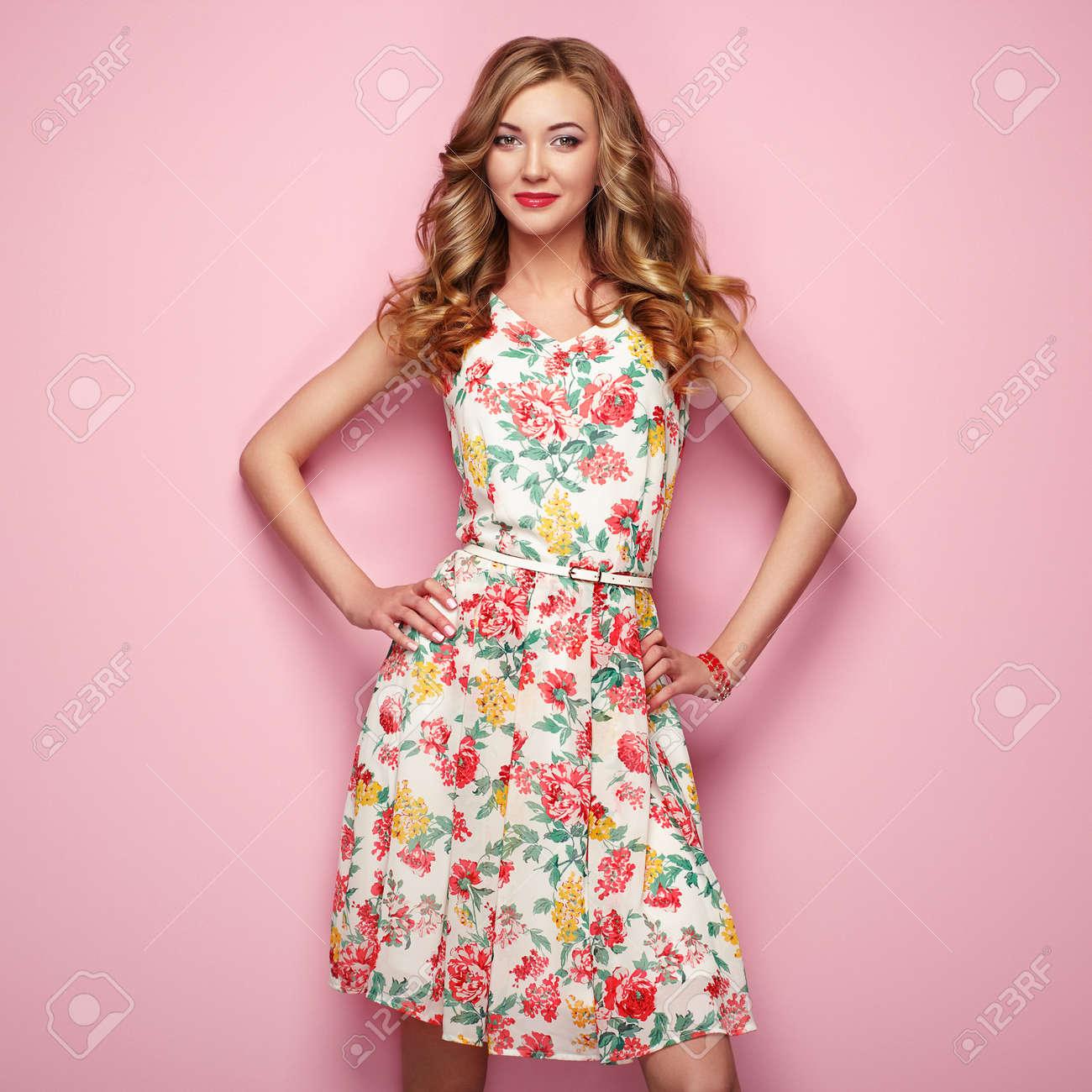 Blonde Jeune Femme En Robe Florale Printemps Ete Fille Posant Sur Un Fond Rose Vetement Floral D Ete Coiffure Ondulee Elegante Photo De Mode Blonde Banque D Images Et Photos Libres De Droits Image