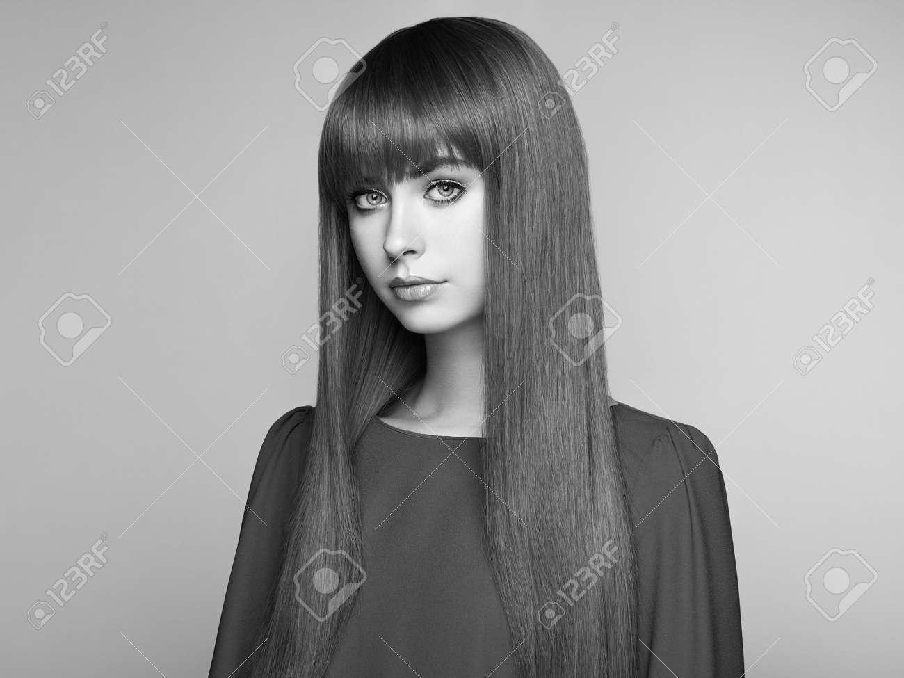 Portrait de belle femme aux cheveux roux. coupe de cheveux de couleur longue.  maquillage
