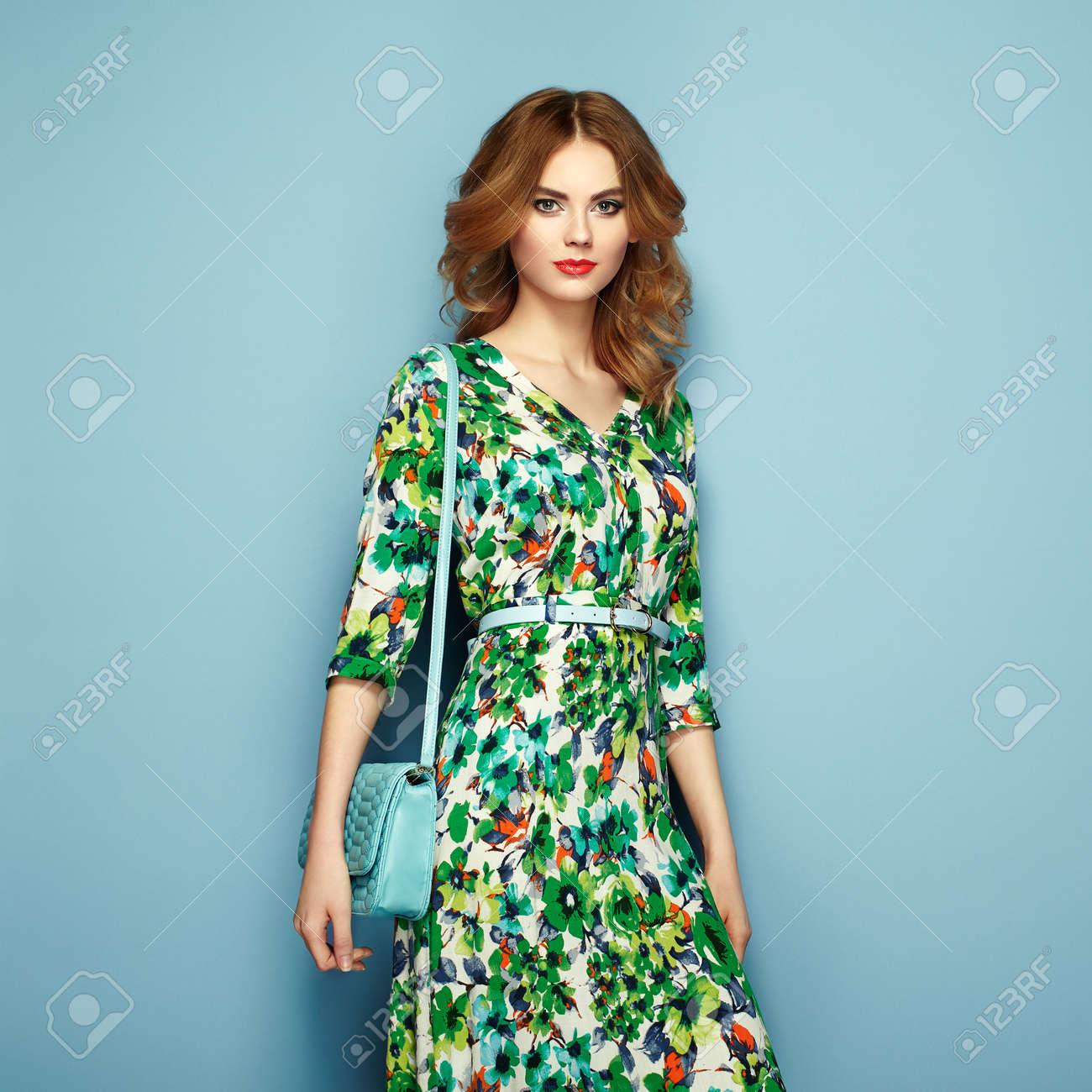 grand choix de 1ea84 ac210 Jeune femme blonde en robe printemps été florale. Fille posant sur un fond  rose. tenue florale d'été. coiffure ondulée élégante. photo de mode. dame  ...