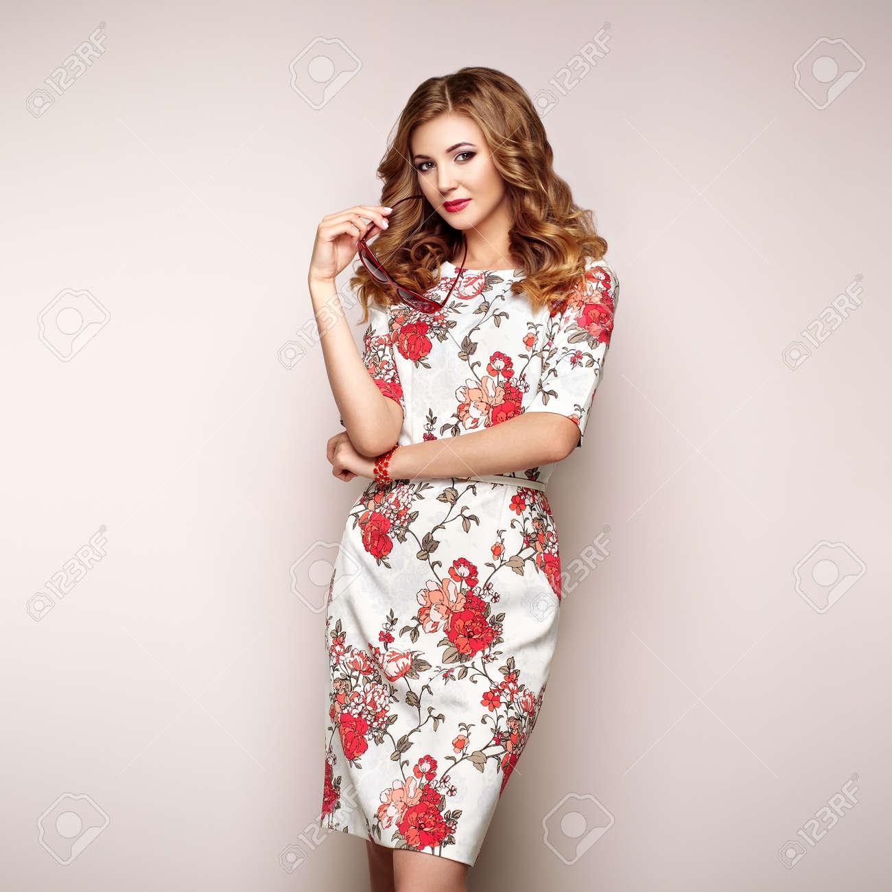 Blonde Jeune Femme En Robe D Ete Floral Printemps Femme Qui Pose Sur Un Fond Blanc Tenue Florale D Ete Coiffure Ondulee Elegante Photo De Mode Femme Glamour Avec Lunettes De Soleil Banque D Images