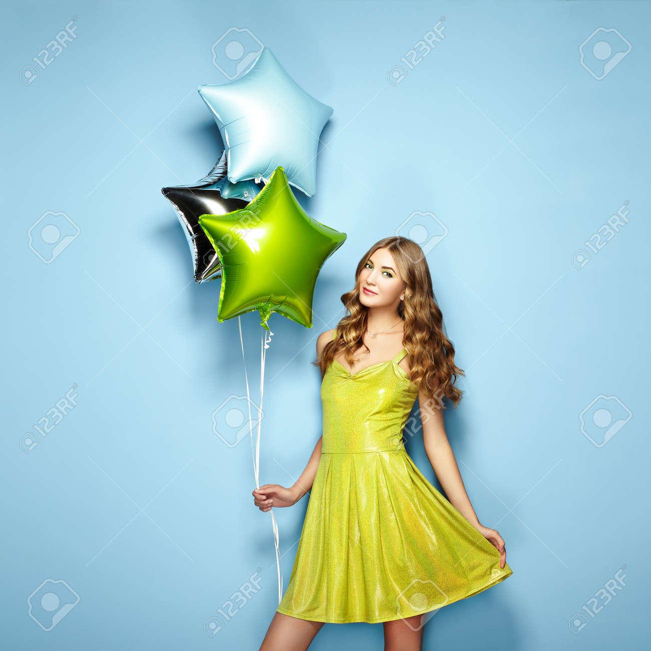Schöne Junge Frau Mit Bunten Ballonen Auf Einem Blauen Hintergrund ...
