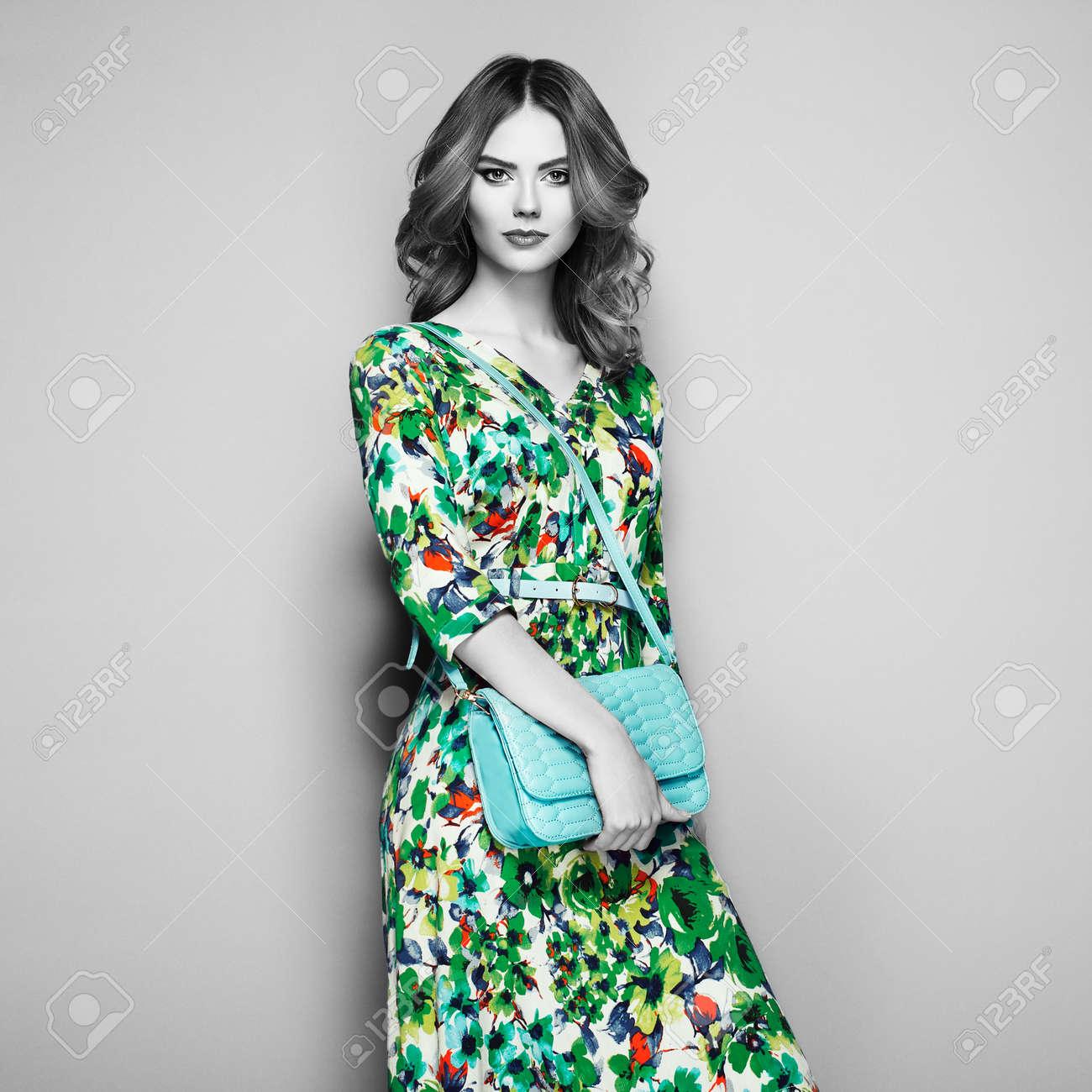 6ff7758dfed3 Archivio Fotografico - Giovane donna castana in vestito floreale da  primavera estate. Ragazza che propone su una priorità bassa bianca.