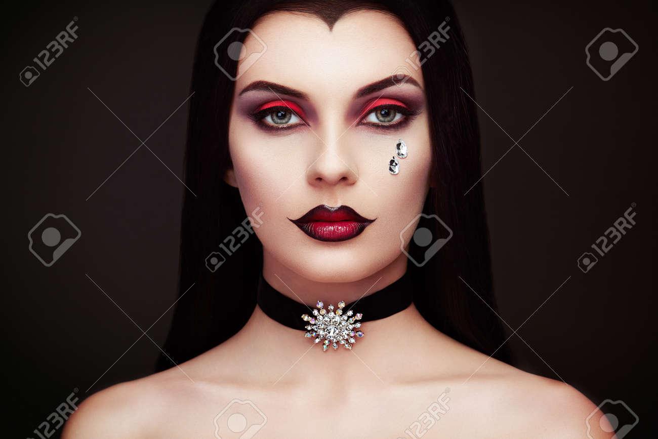 Halloween Vampir Frau Porträt. Schöne Glamour Fashion Sexy Vampir Lady mit  langen dunklen Haaren, Schönheit Make-up und Kostüm