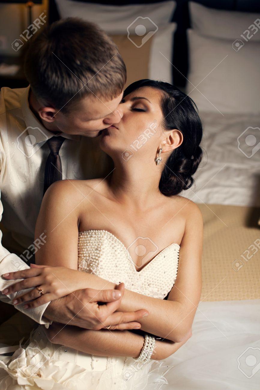 video-pervaya-brachnaya-noch-molodozhenov
