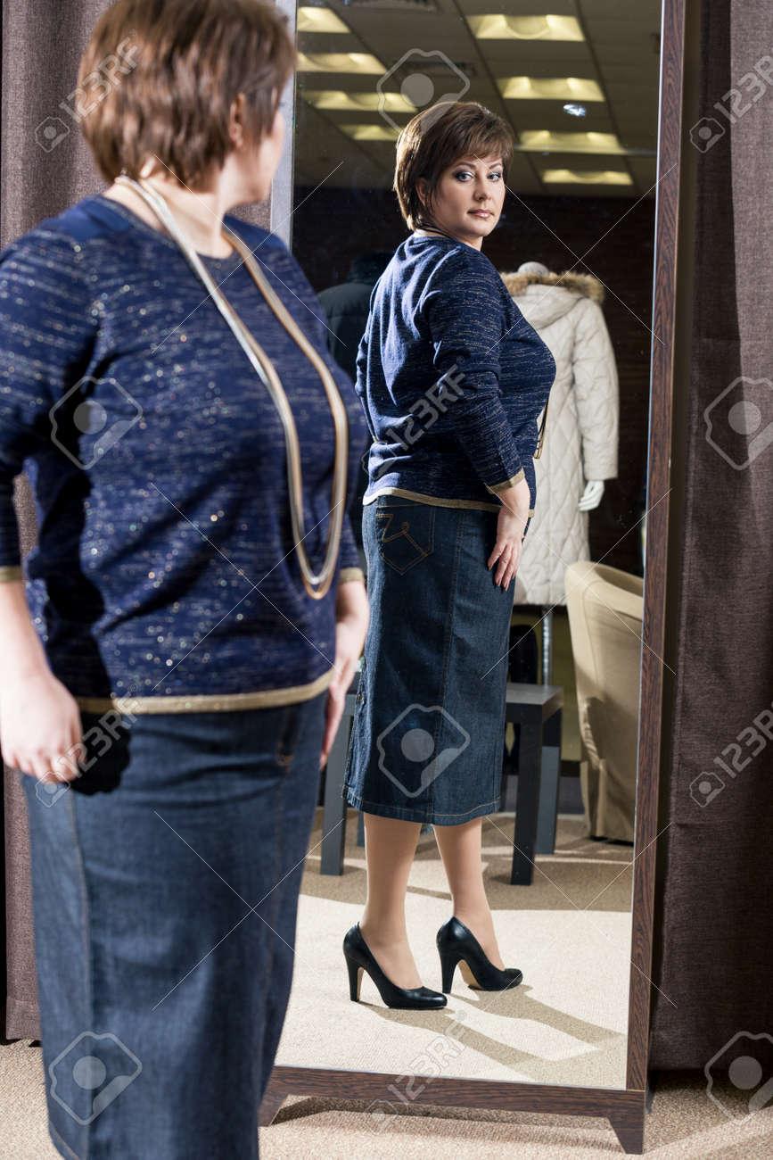 newest 56ccf 0ac90 La donna di mezza età in cerca di vestiti a uno specchio