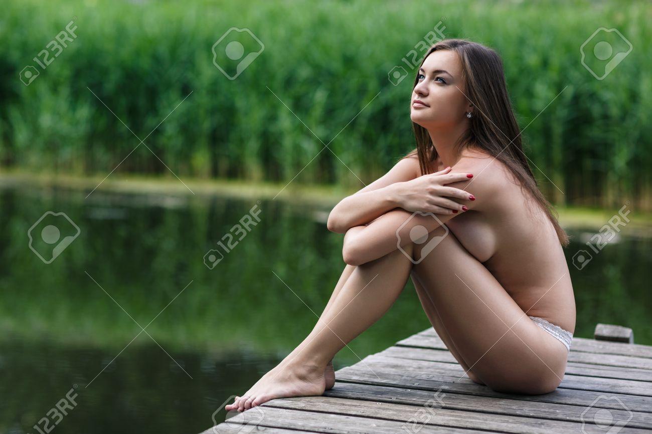 Femme Nue En Exterieur belle jeune femme nue portrait extérieur sur le lac banque d'images