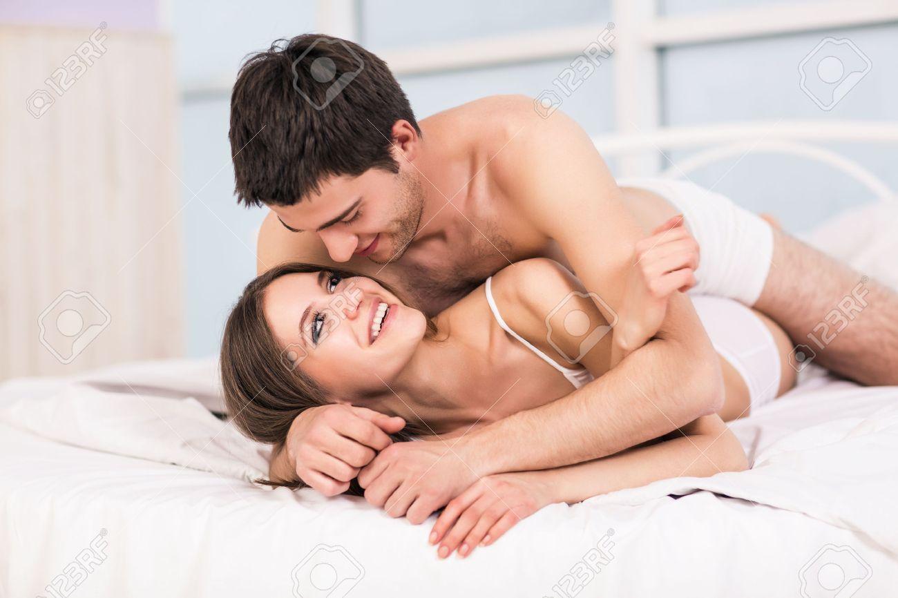 Häufig Jeune Couple Amoureux Dans Le Lit, Scène Romantique En Chambre  WA49