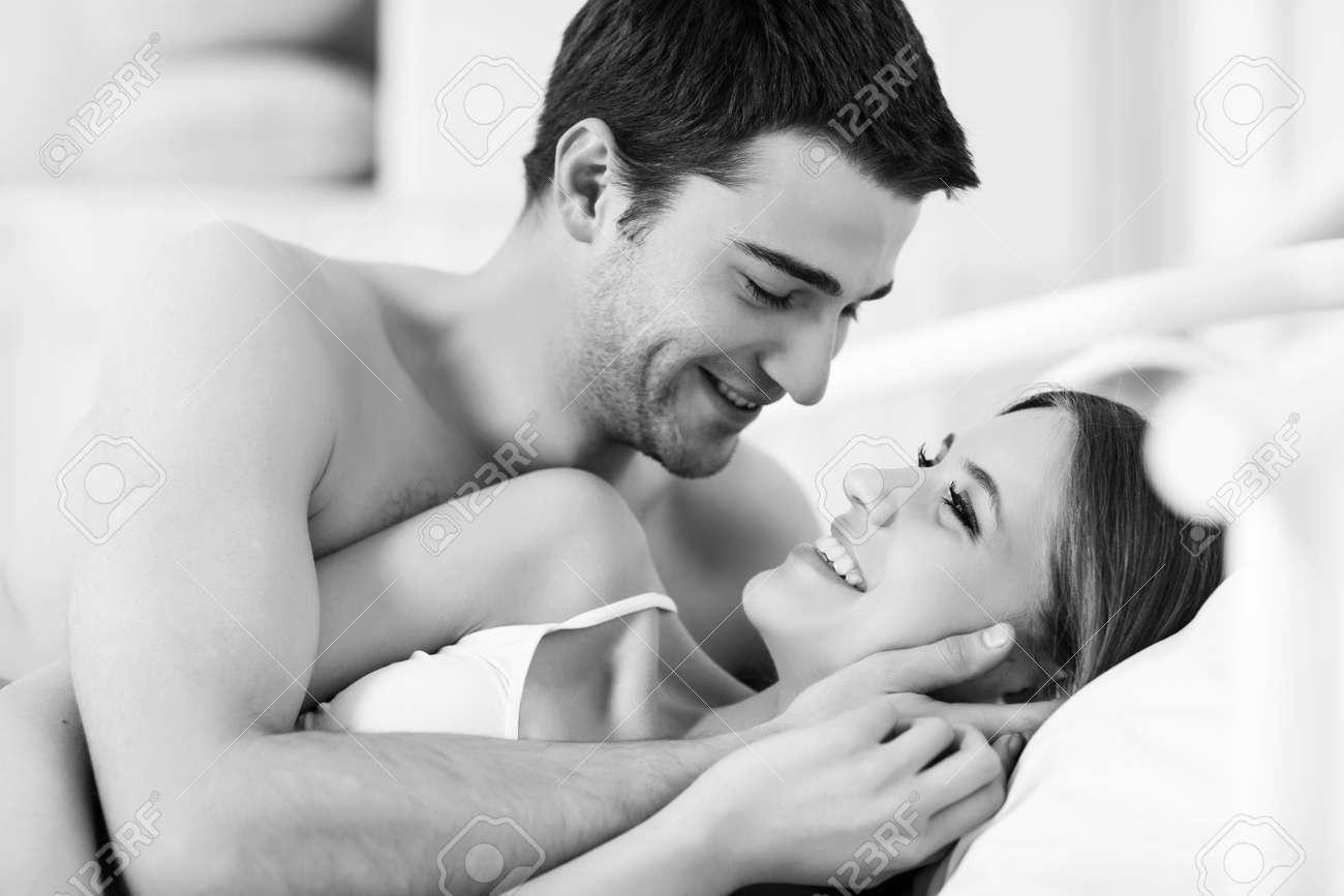 Extrem Couple Amoureux Dans Le Lit Banque D'Images Et Photos Libres De  DW02