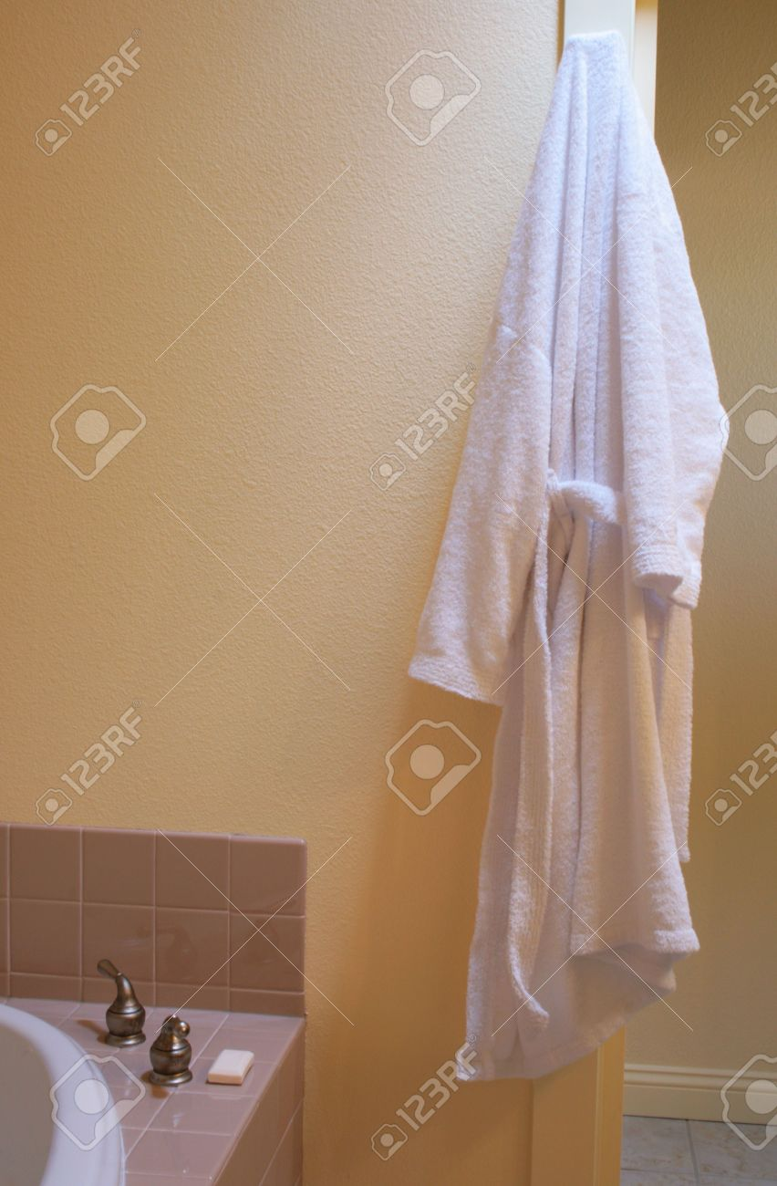 archivio fotografico accappatoio bianco appeso nel bagno di sole