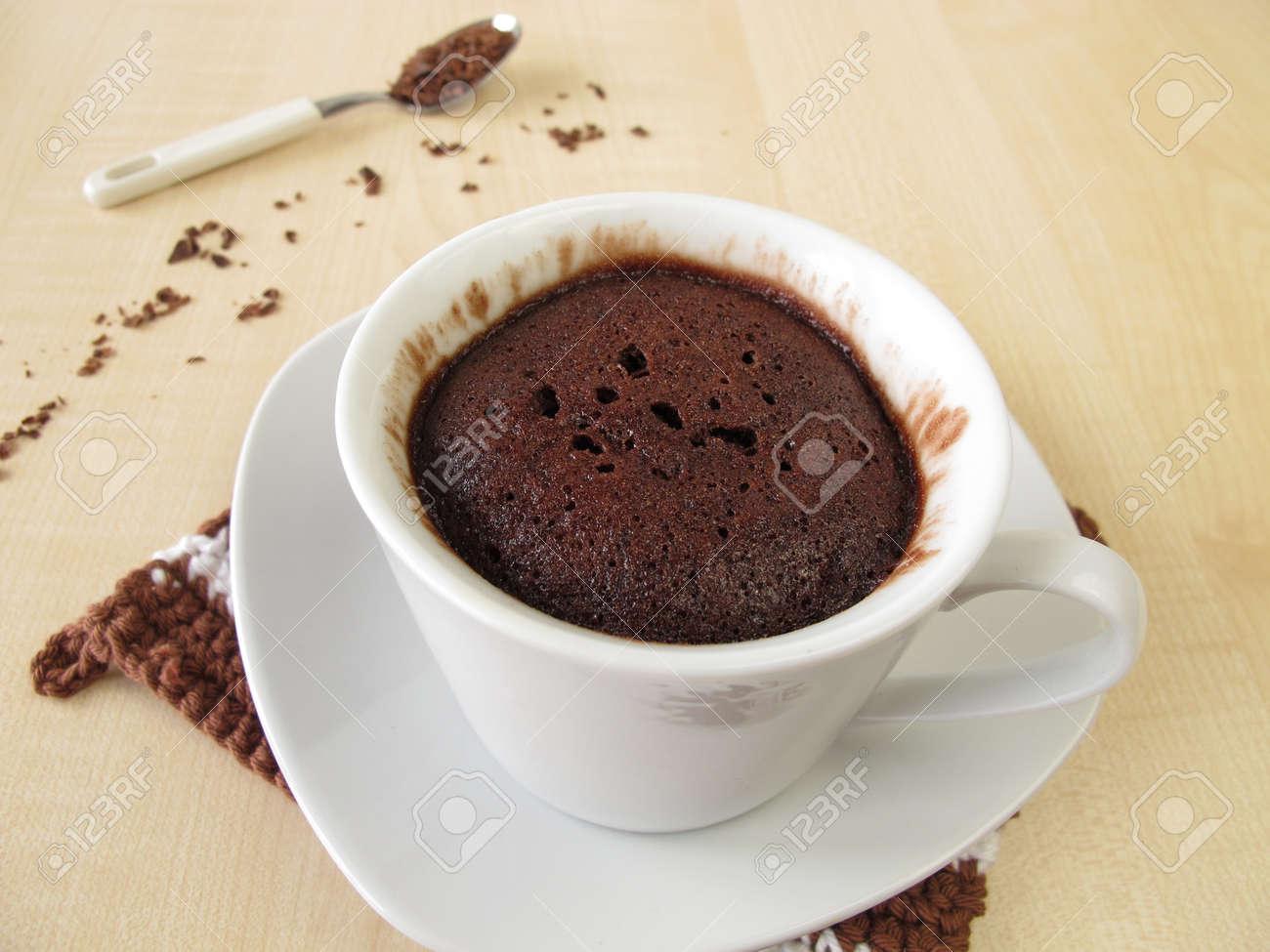 Gateau Au Chocolat De Tasse Dans Une Tasse De Micro Ondes Banque D