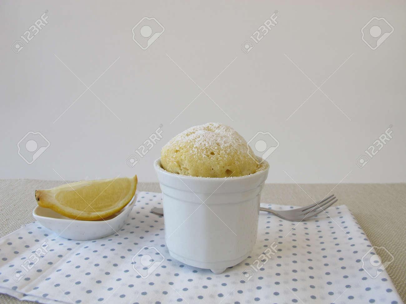 Lemon Tasse Kuchen Aus Mikrowellen Lizenzfreie Fotos Bilder Und