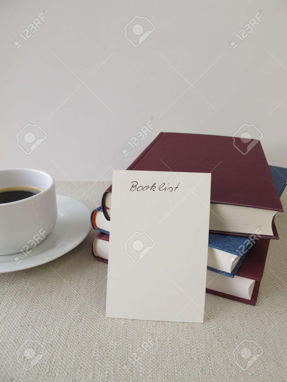 bücher, leere bücherliste und eine tasse kaffee lizenzfreie fotos