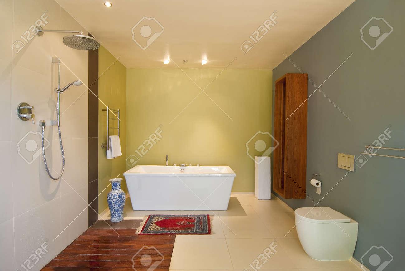 Moderne Badezimmer Mit Pastellfarbenen Wänden Und Weißen Badewanne. Es Gibt  Auch Ein Holz Geschossiges