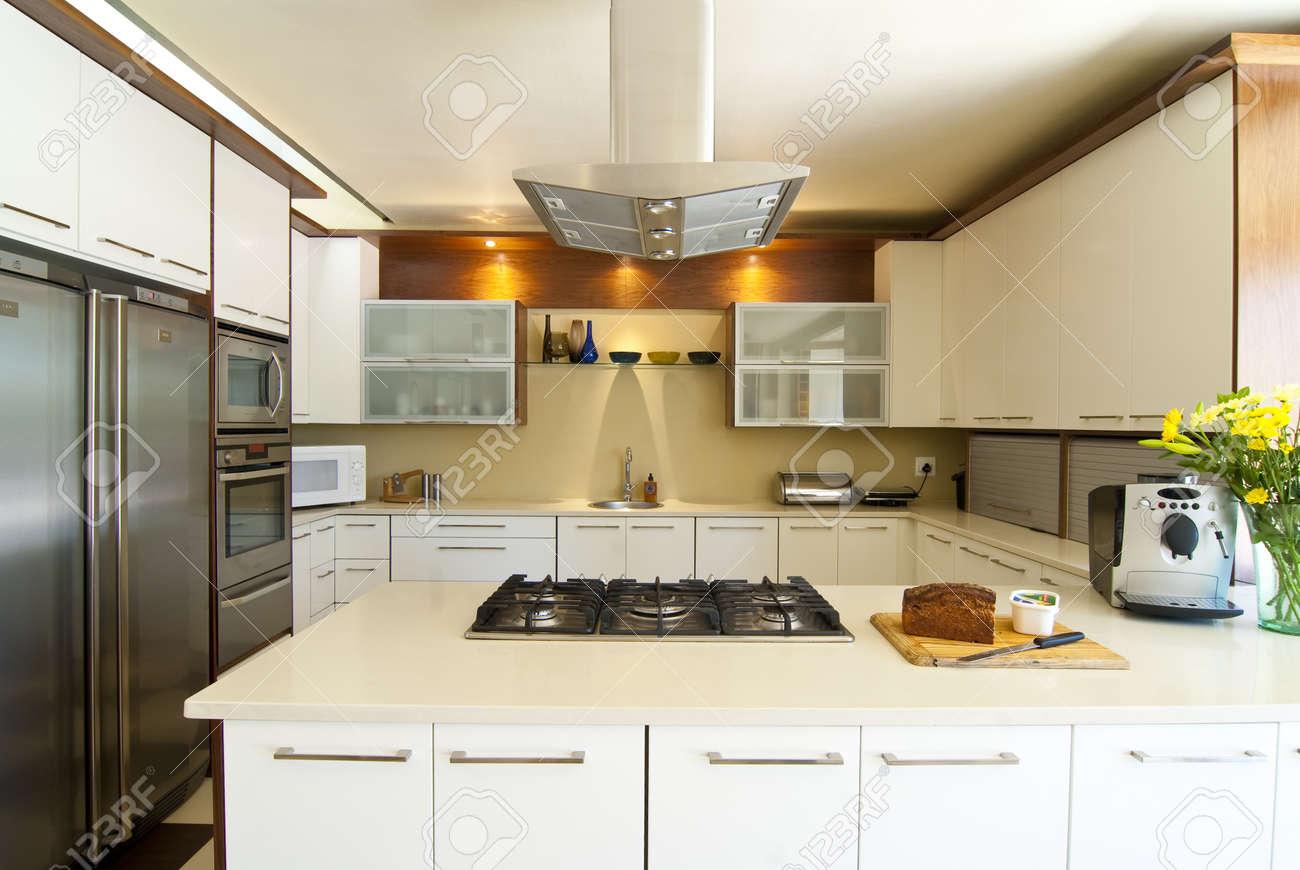 Cuisine moderne avec du blanc et les produits finis en bois, et ...