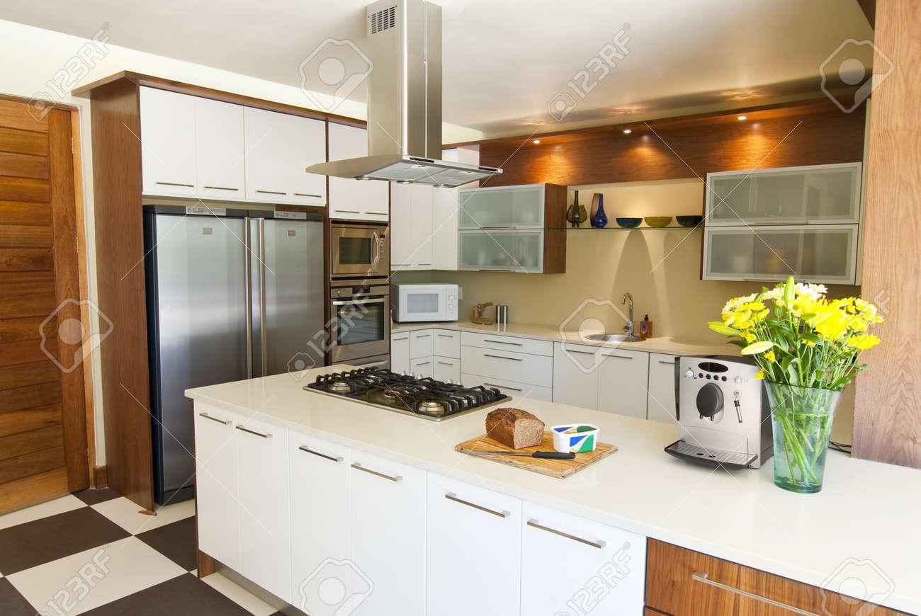 Moderne keuken met wit en hout afgewerkt, en een zilveren ...
