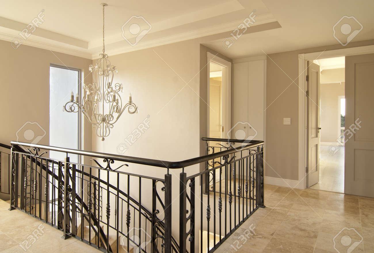 escaleras de madera escalera de caracol principal en una casa moderna foto de archivo