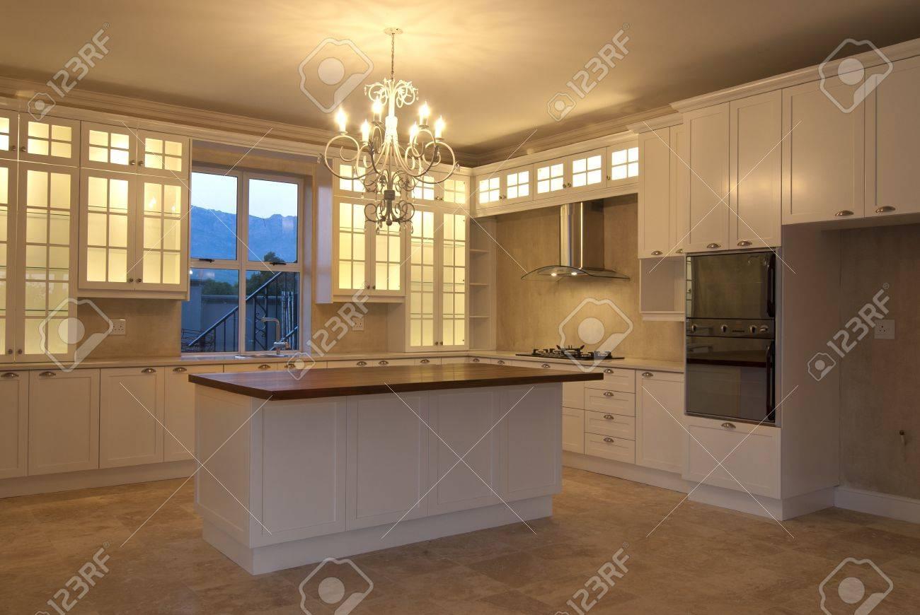 Leeren Küche In Einem Modernen Haus Lizenzfreie Fotos, Bilder Und ...