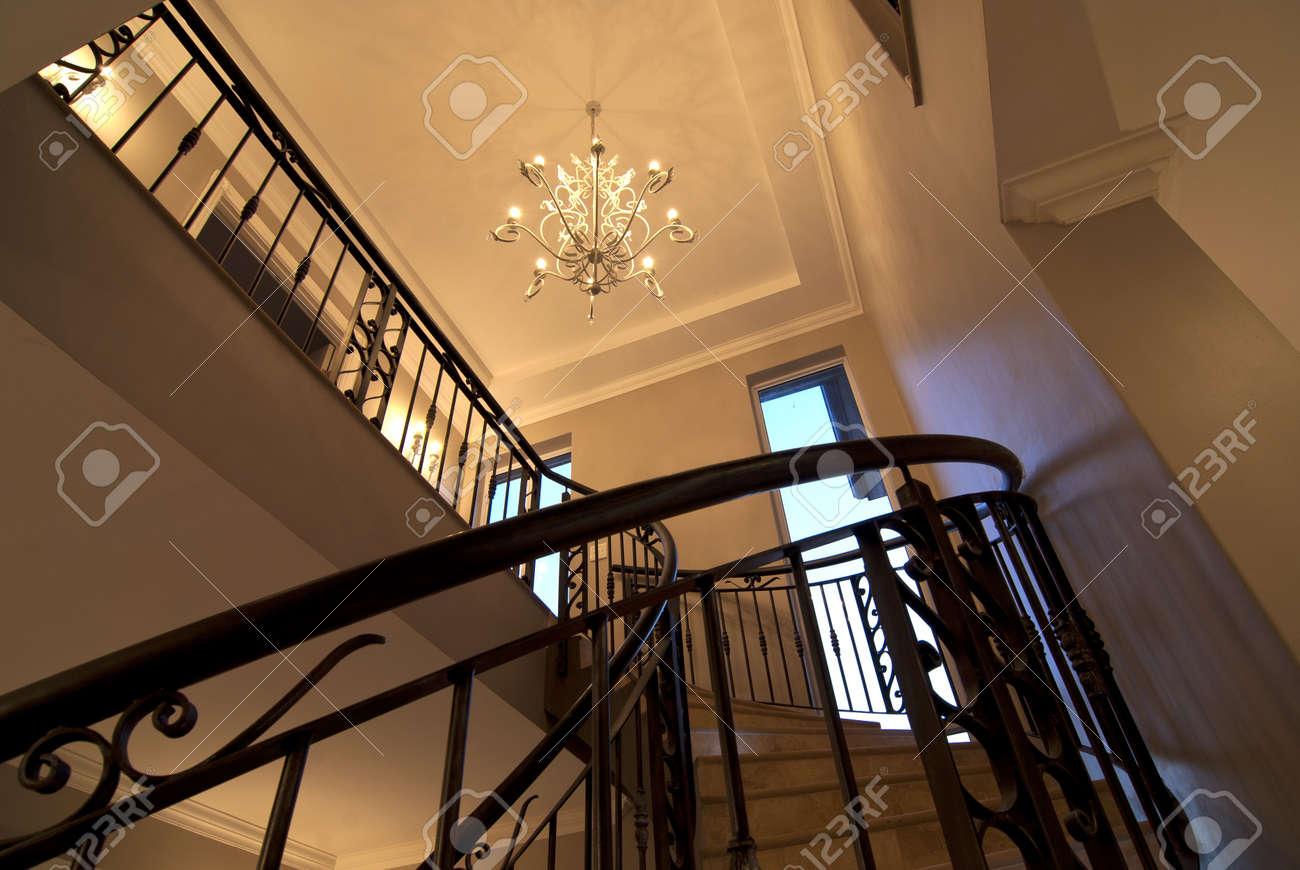 escalera de caracol principal dentro de una casa moderna foto de archivo with casas con escaleras de caracol
