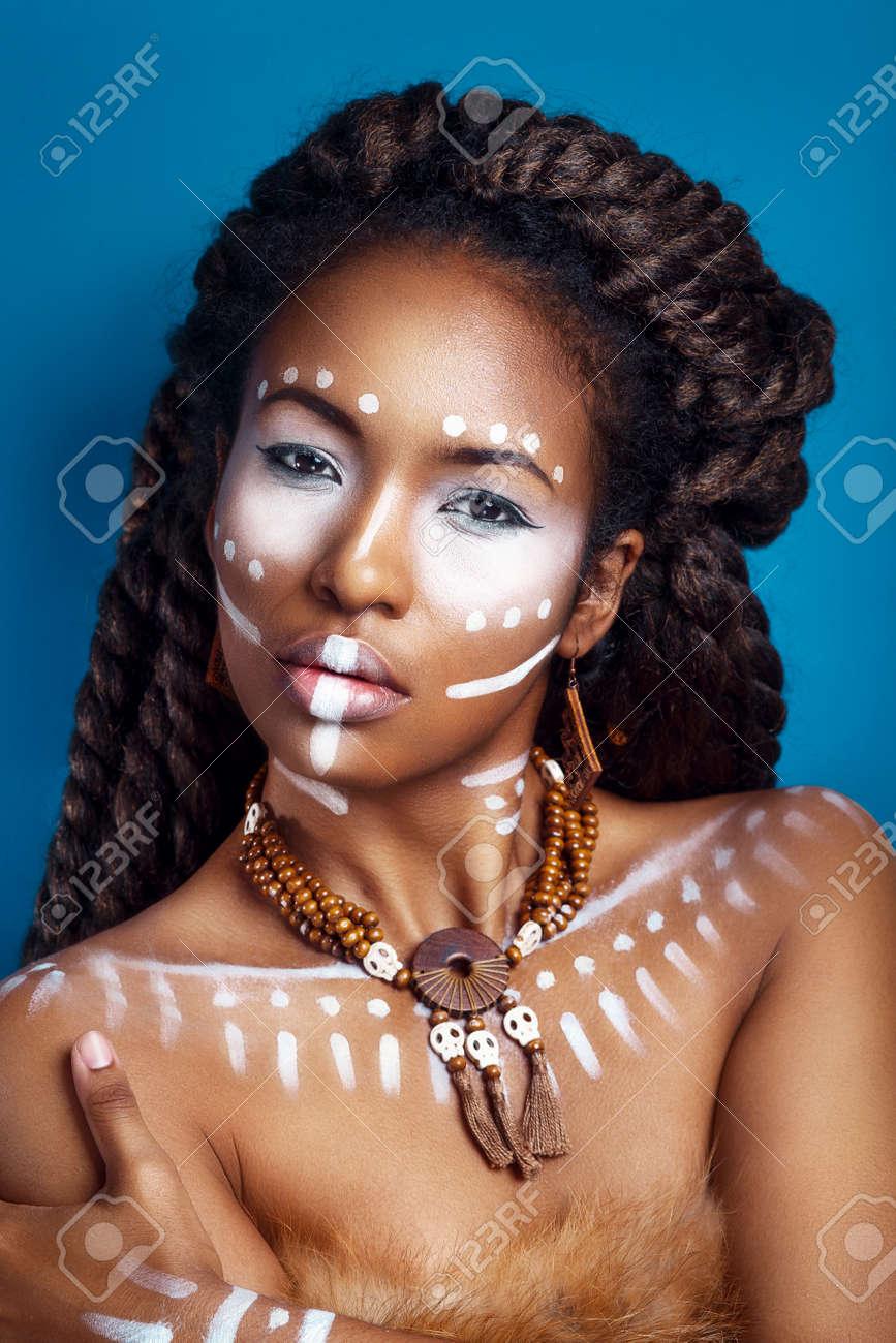 Banque d\u0027images , Femme de style africain. Séduisante jeune femme en bijoux  ethniques. gros plan portrait. Portrait d\u0027une femme avec un visage peint.