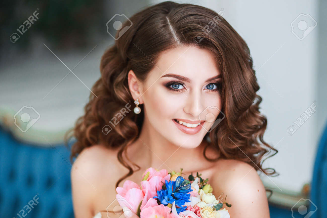 Belle Jeune Mariée Avec Maquillage De Mariage Et Coiffure Intérieure Closeup Portrait De Jeune Mariée Magnifique En Studio