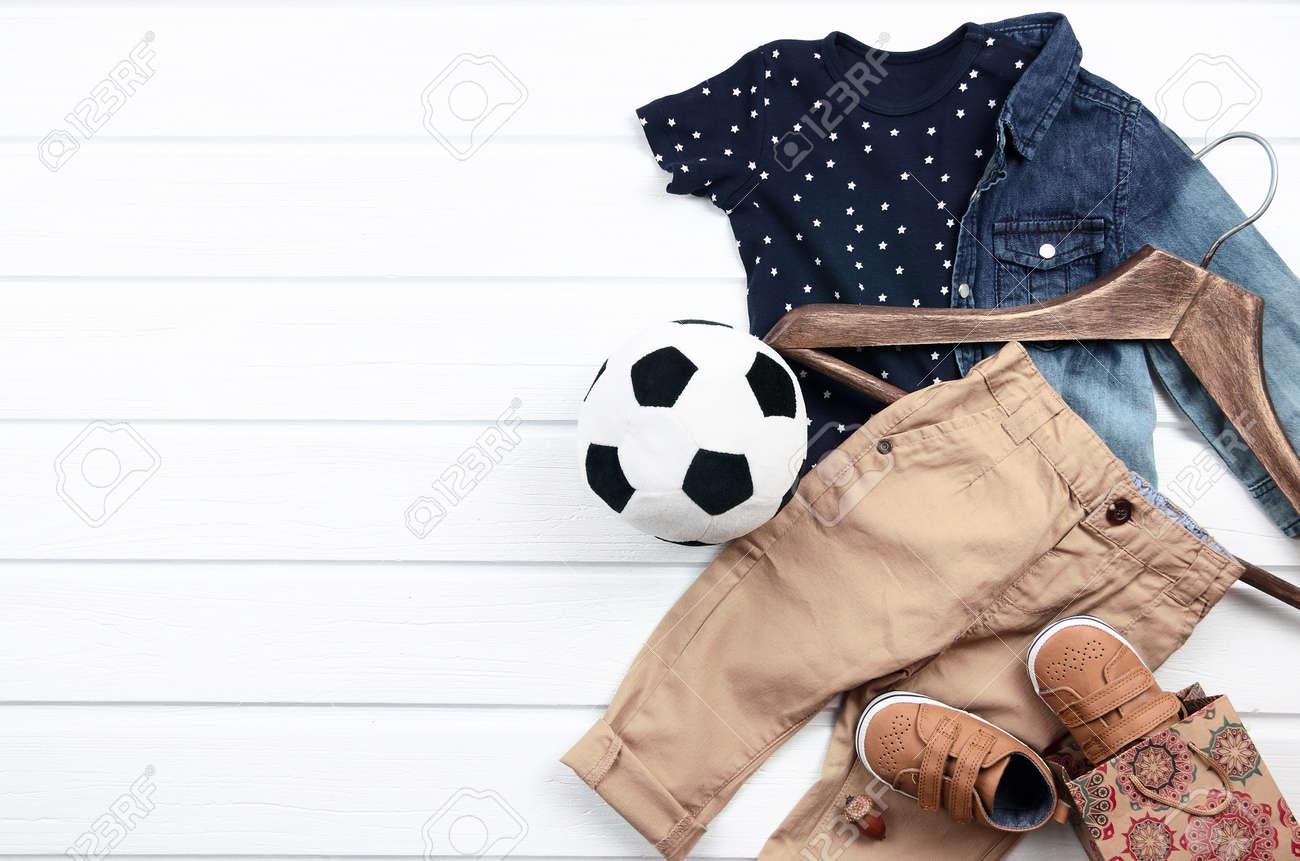 128c217e8a0ae Ensemble De Vêtements Bébé Garçon (t-shirt Bleu Avec Des étoiles Blanches,  Chemise En Jean, Chaussures Marron, Pantalon). Liste De Souhaits Ou Aperçu  Des ...
