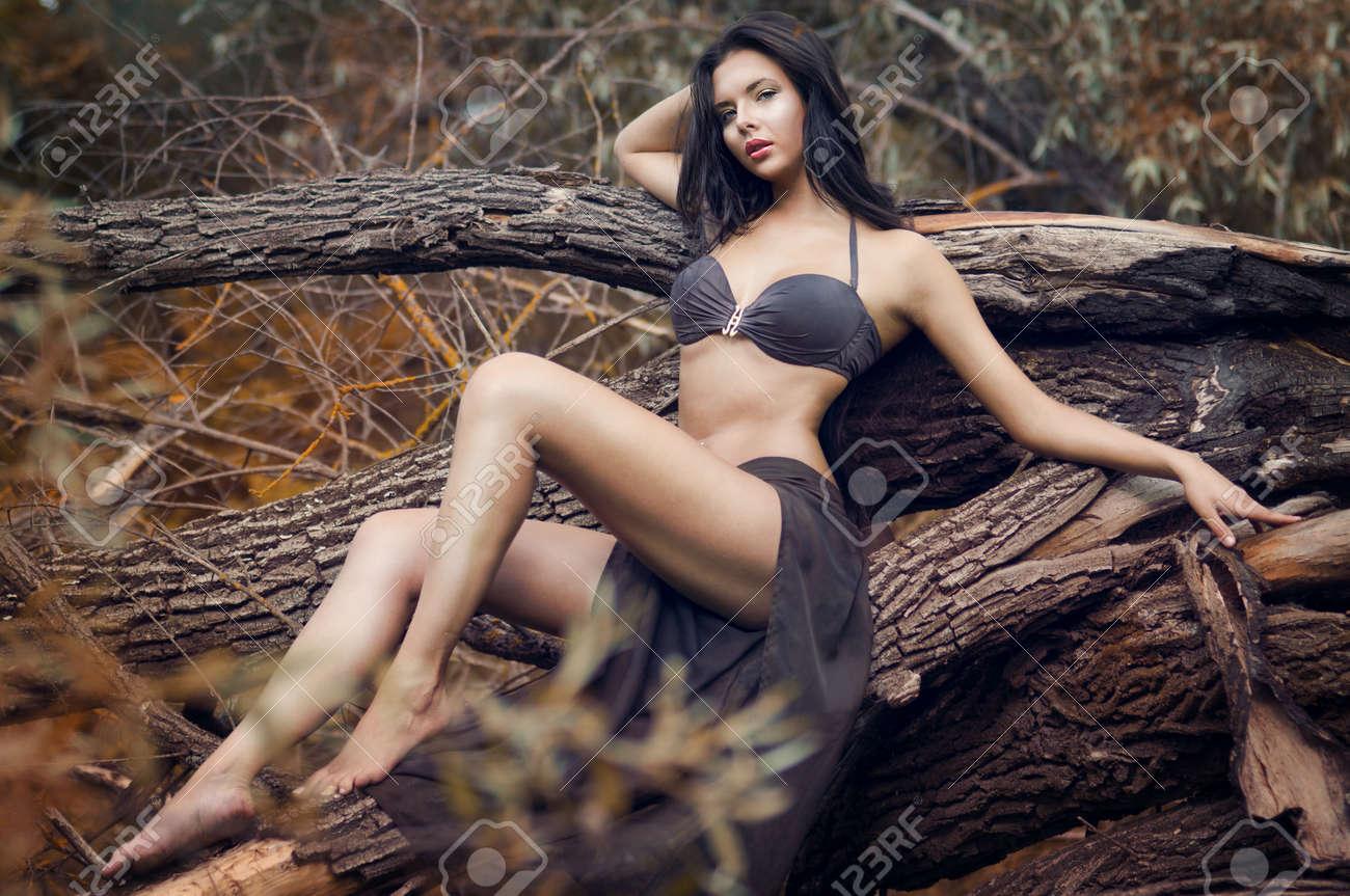 Девушка в красивом купальнике фото