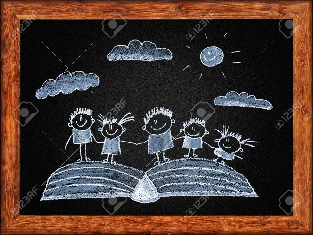 Schwarze Tafel Mit Rahmen Und Kinder, Die Zeichnung. Weiße Kreide ...
