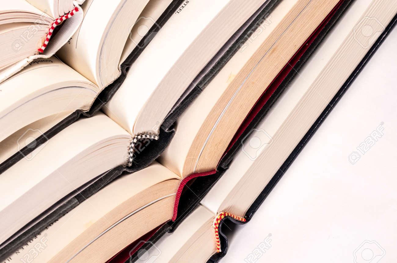 Ffnen Sie Fest Gebundene Bucher Verstauen Auf Der Jeweils Anderen
