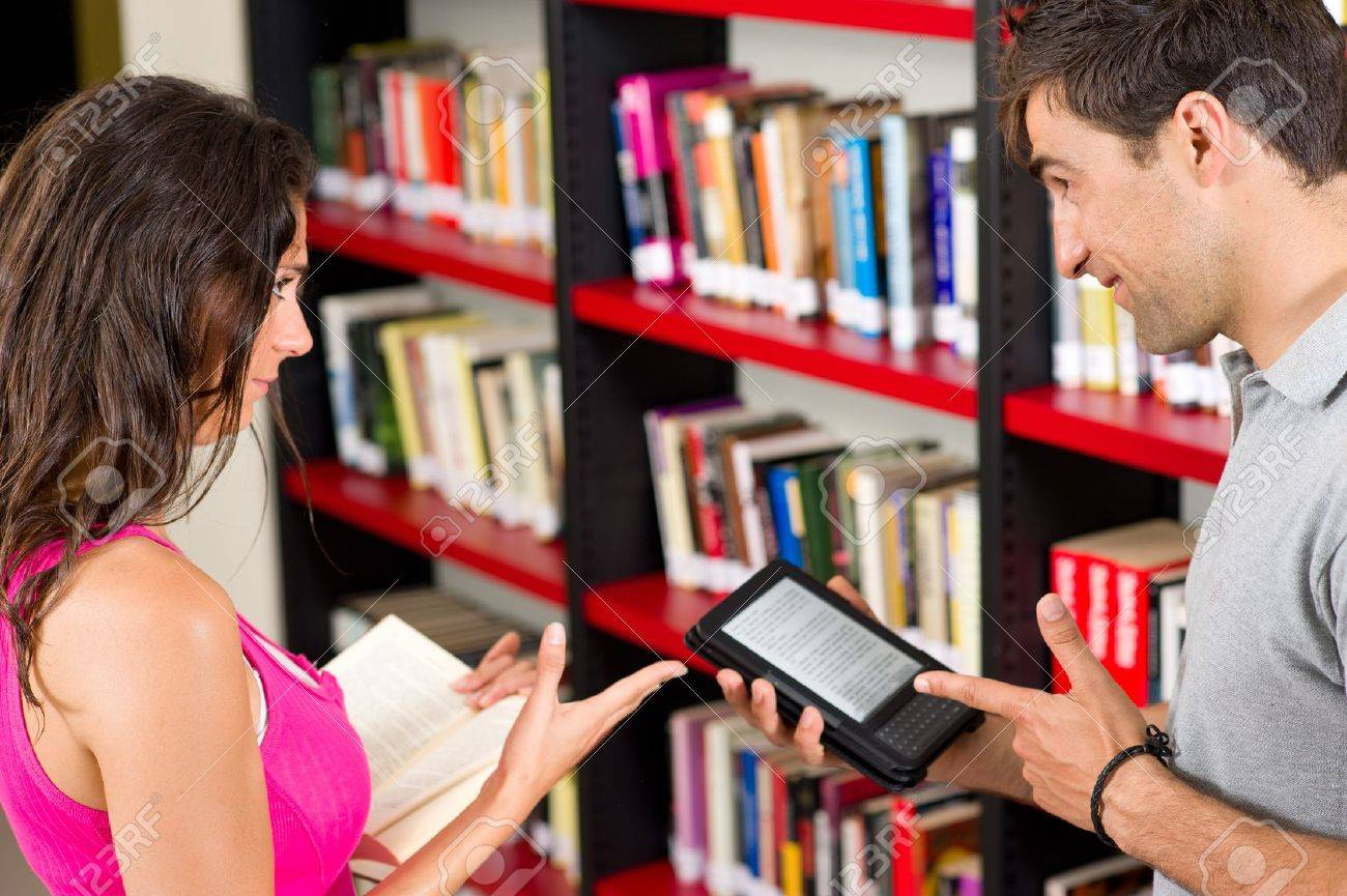 Couple choosing between paper and e-book - 9616616