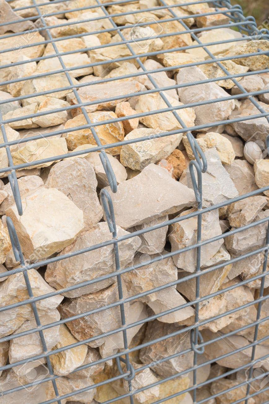 foto de archivo gaviones muro apilado con escollera