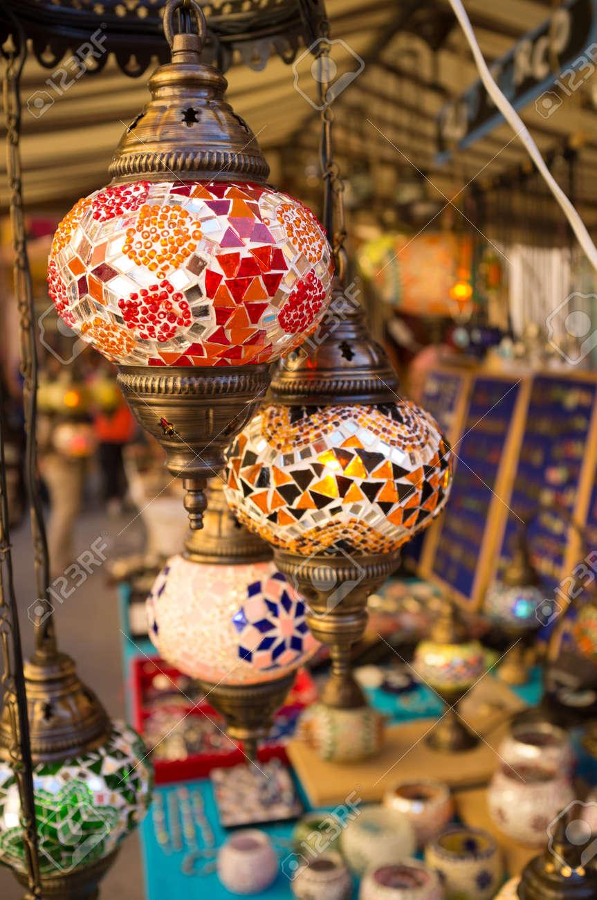 Artesanía Marroquí En Un Puesto Del Mercado Las Luces En El Primer Plano