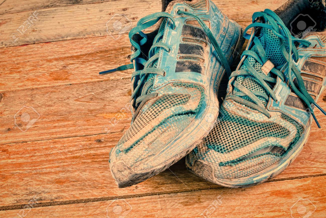 Très Usé Chaussures Des Sale Sport Et De wOn08kXP
