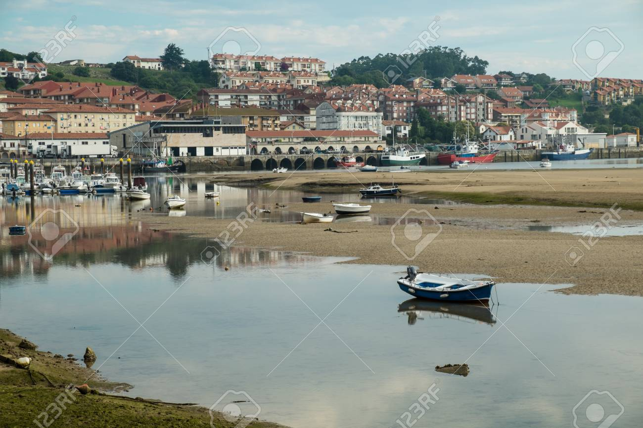 San Vicente De La Barquera Puerto Pesquero Tradicional Con Marea Baja Santander España Fotos Retratos Imágenes Y Fotografía De Archivo Libres De Derecho Image 67143720