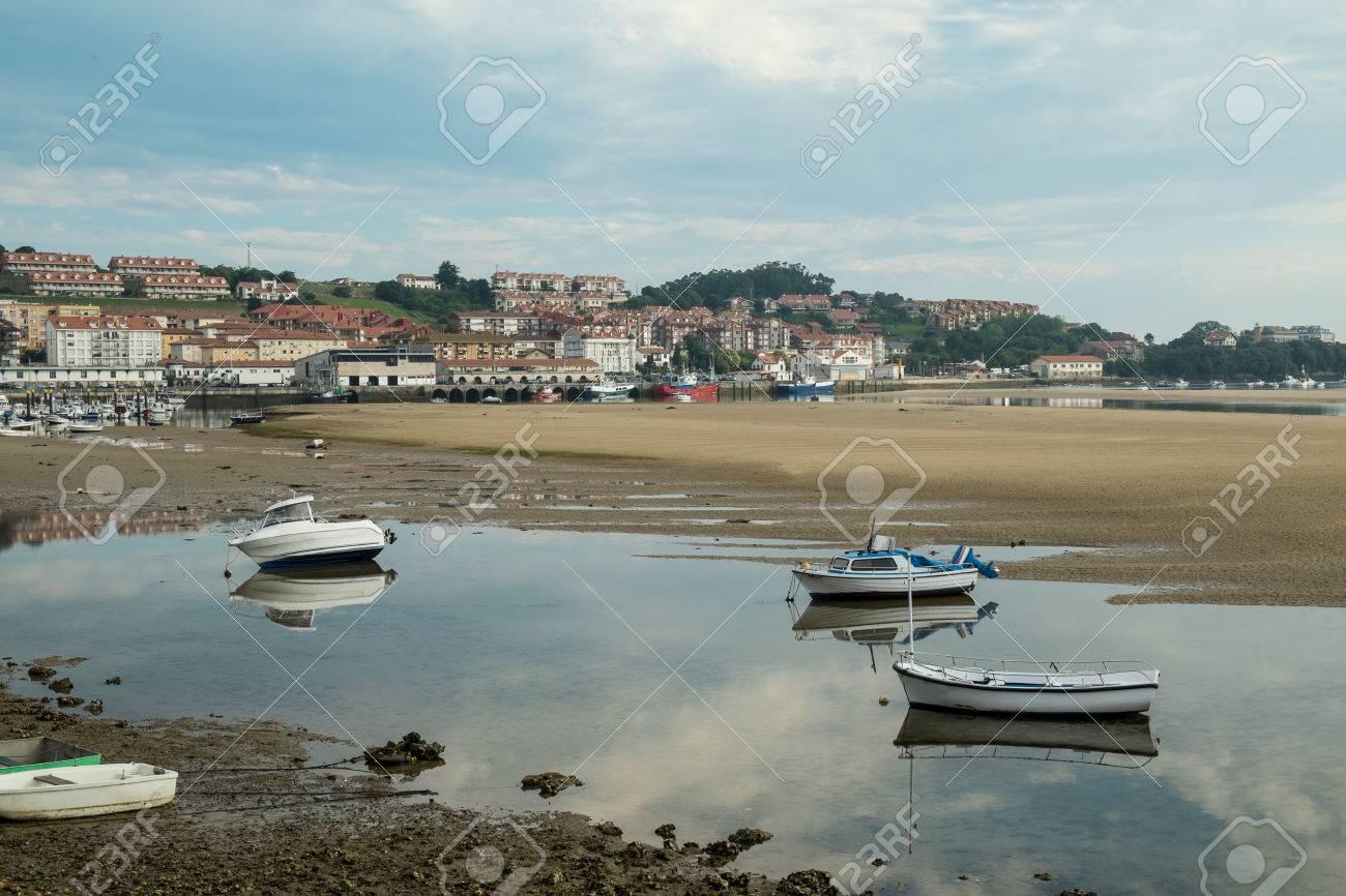 San Vicente De La Barquera Puerto Pesquero Tradicional Con Marea Baja Santander España Fotos Retratos Imágenes Y Fotografía De Archivo Libres De Derecho Image 67143724