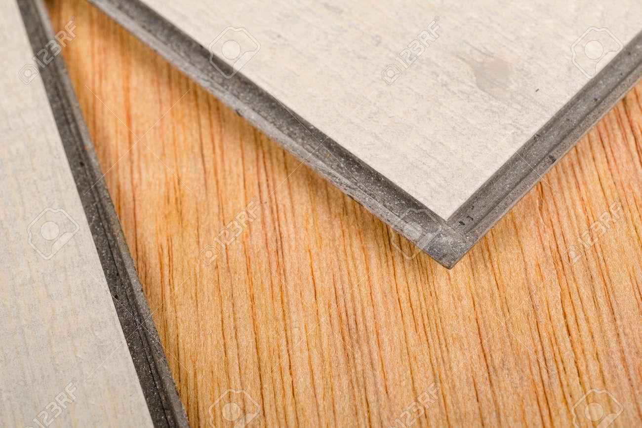 Presa di dettaglio di due piastrelle per pavimenti in vinile