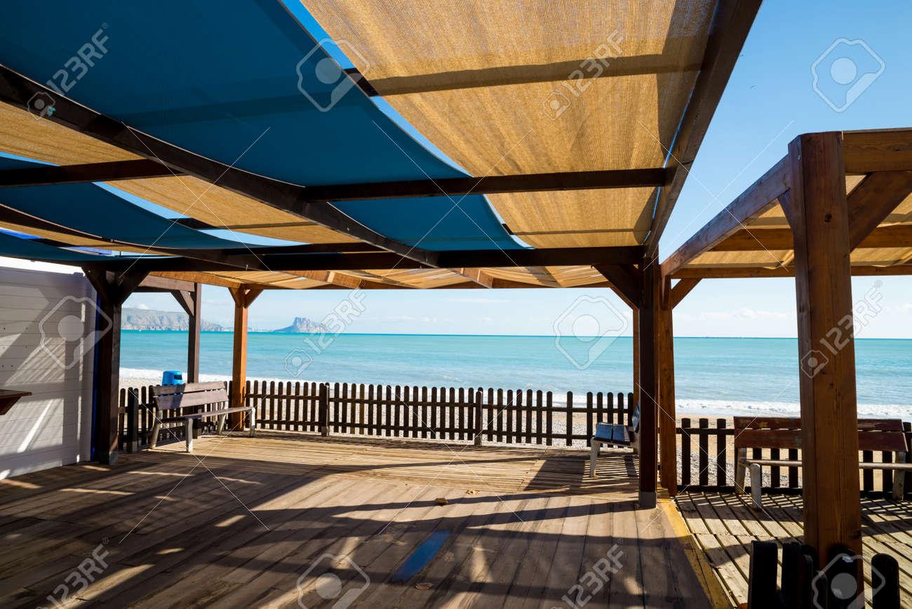 Terraza De Madera Con Sombra En Una Soleada Playa Mediterránea