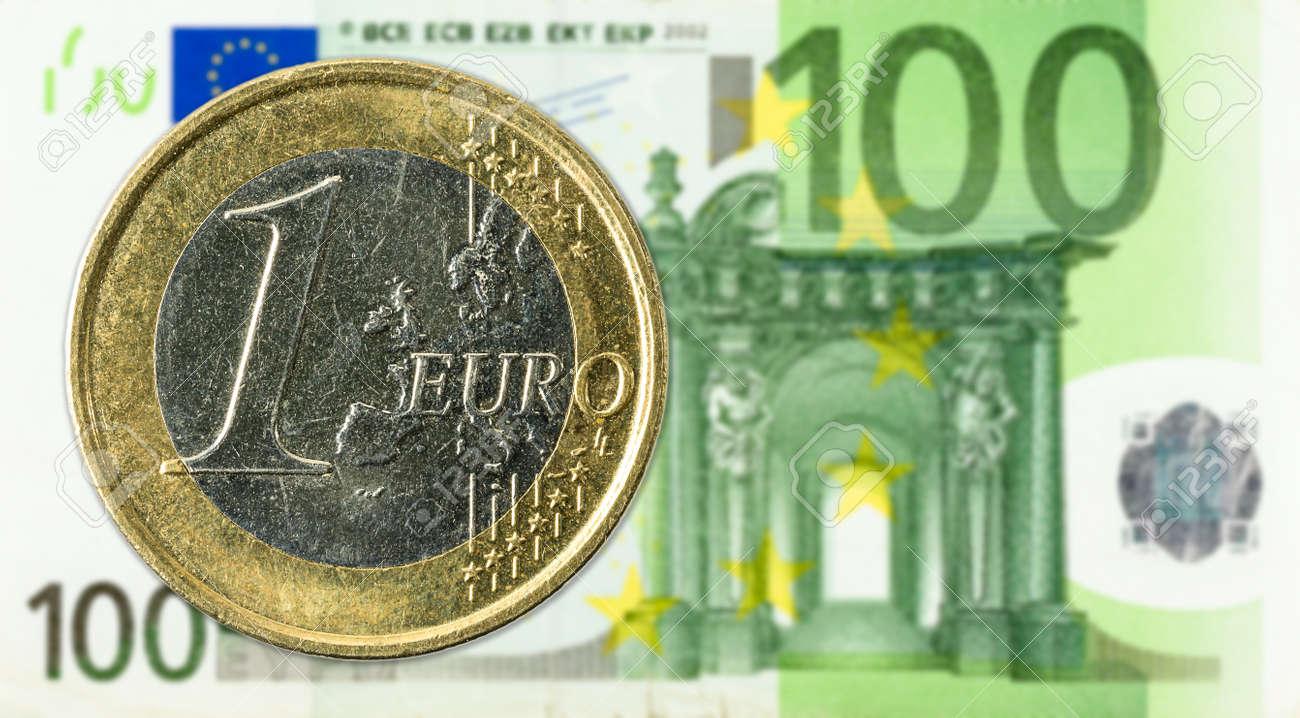 1 Euro Münzen Gegen 100 Euro Banknoten Lizenzfreie Fotos Bilder Und