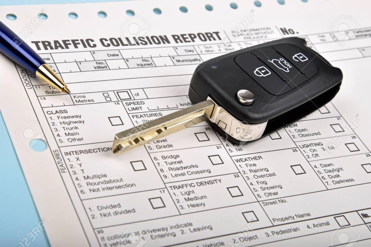 Autoschlüssel Und Stift Auf Einem Verkehrsunfall Bericht Lizenzfreie ...