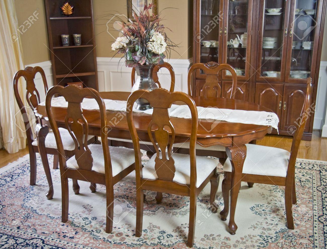mesa de comedor de madera de lujo y sillas foto de archivo