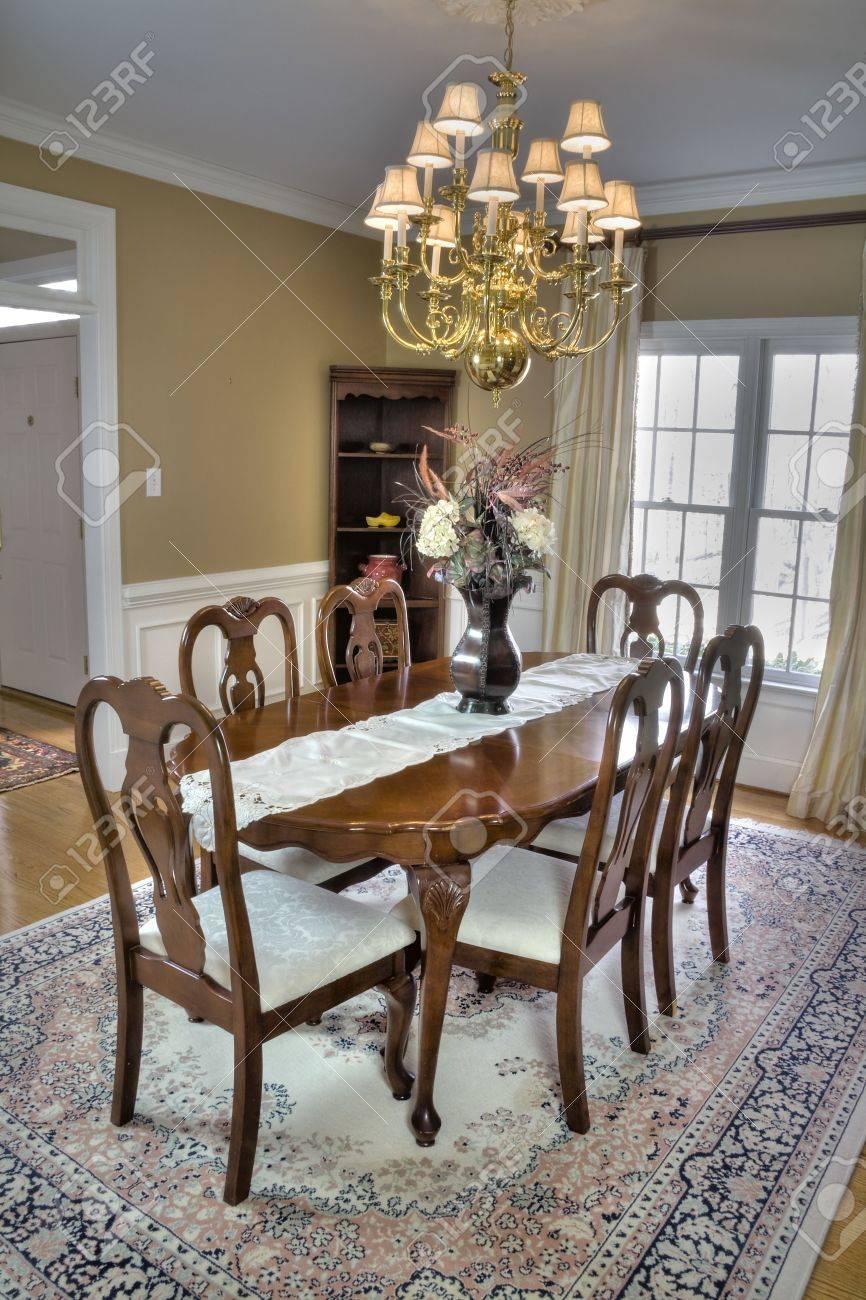 Luxus Holz Esszimmer Tisch Und Stühle In Einem Modernen Haus. Standard Bild