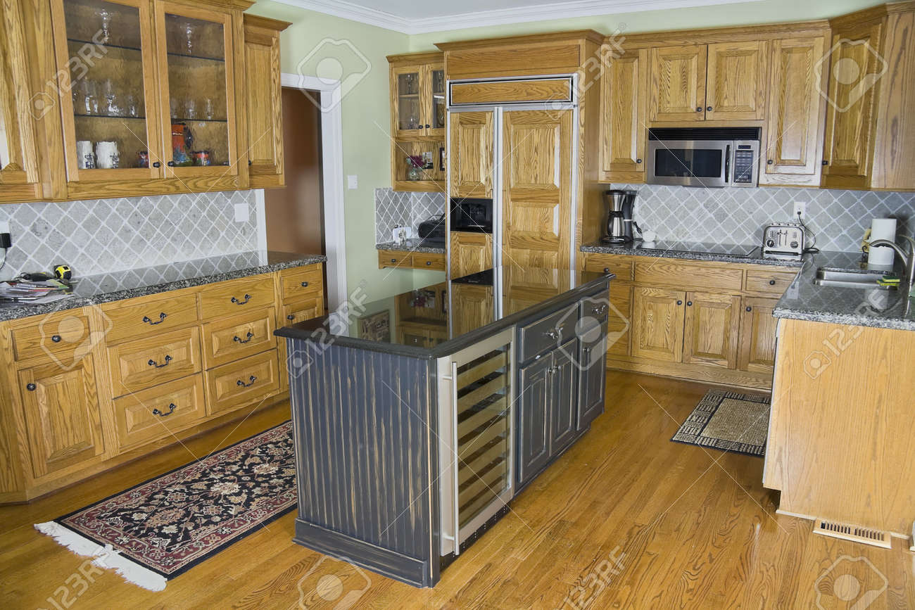 Mooie Luxe Moderne Keuken Met Een Marmeren Eiland En Houten Kasten ...