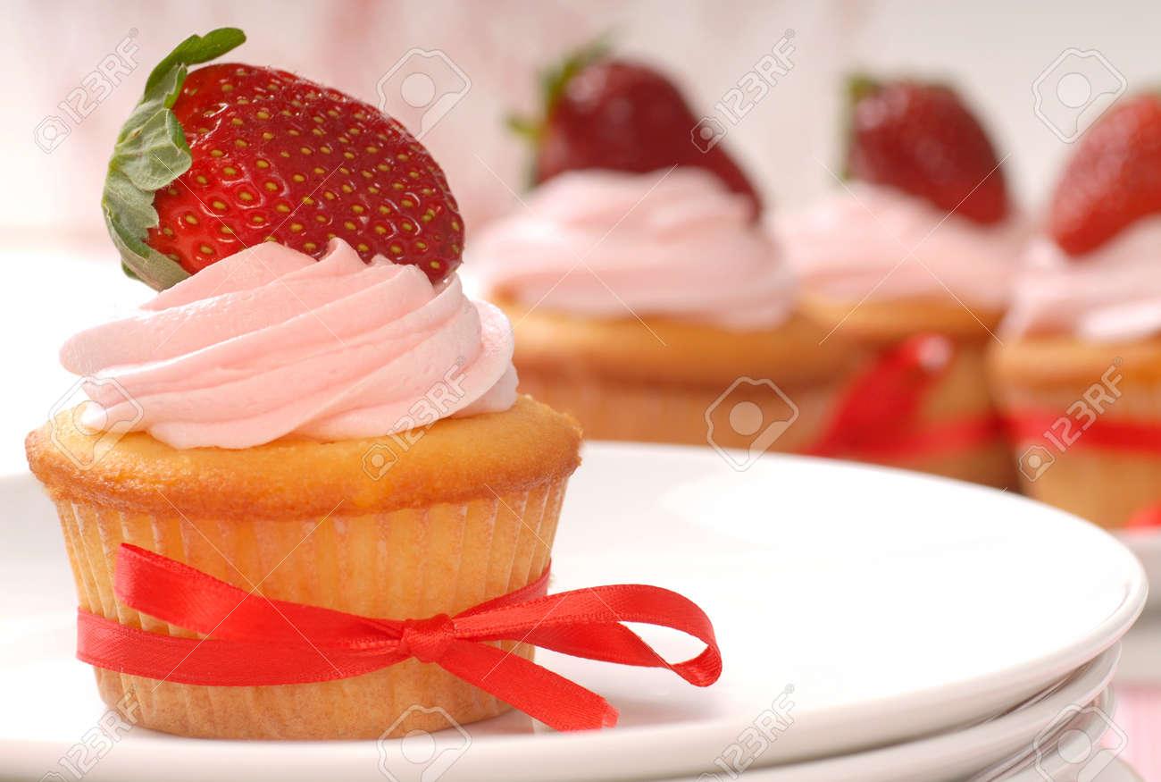 Kostliche Vanille Erdbeer Kuchen Mit Zuckerguss Und Einer Frischen