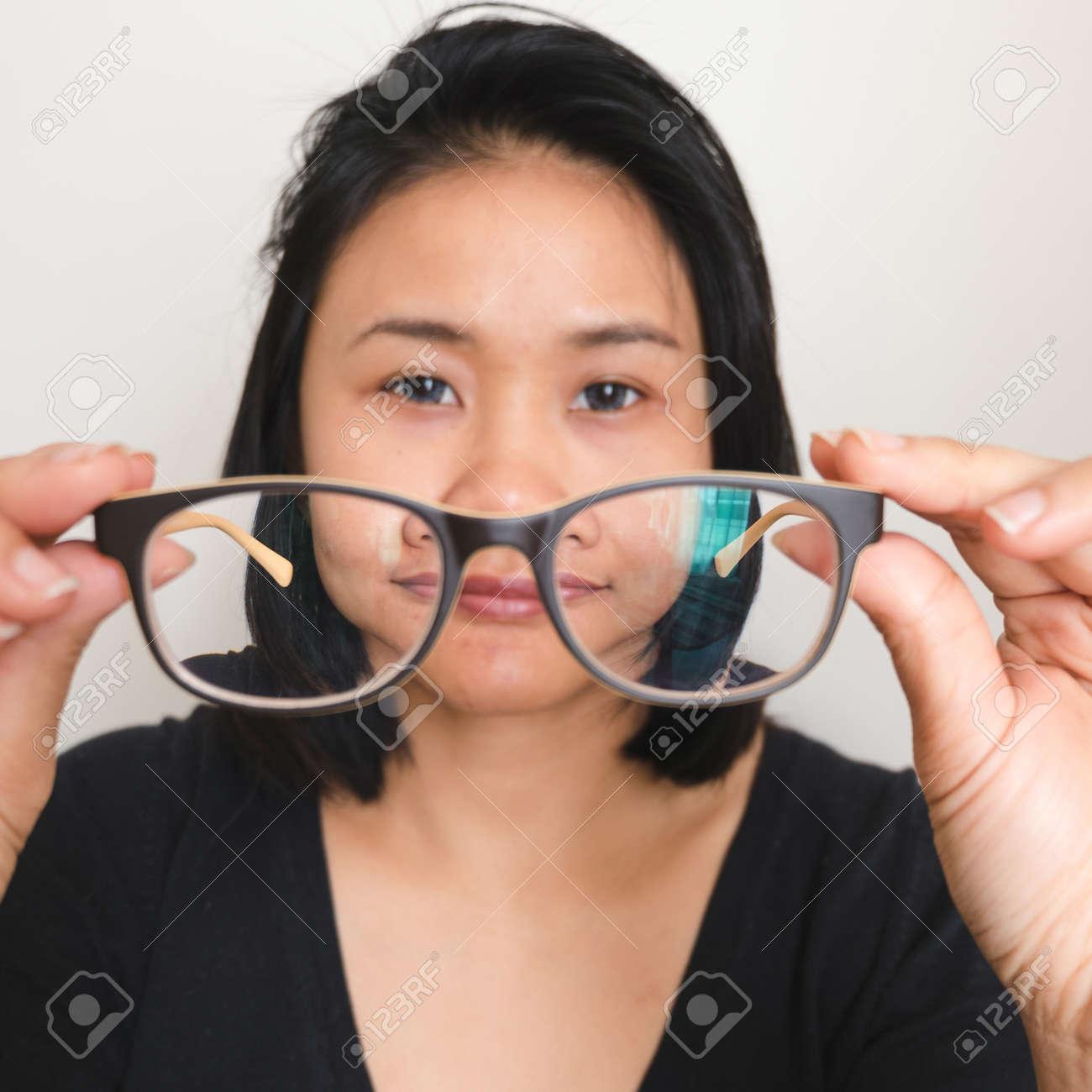 058d3c3de30189 Asiatique, femme, décoller, lunettes, cueillette, lunettes Banque d images -