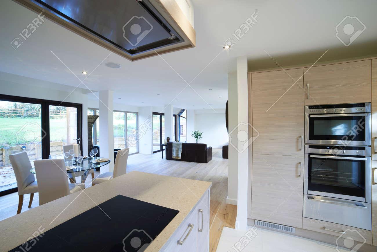 Innenansicht Schone Luxus Esszimmer Und Kuche Lizenzfreie Fotos