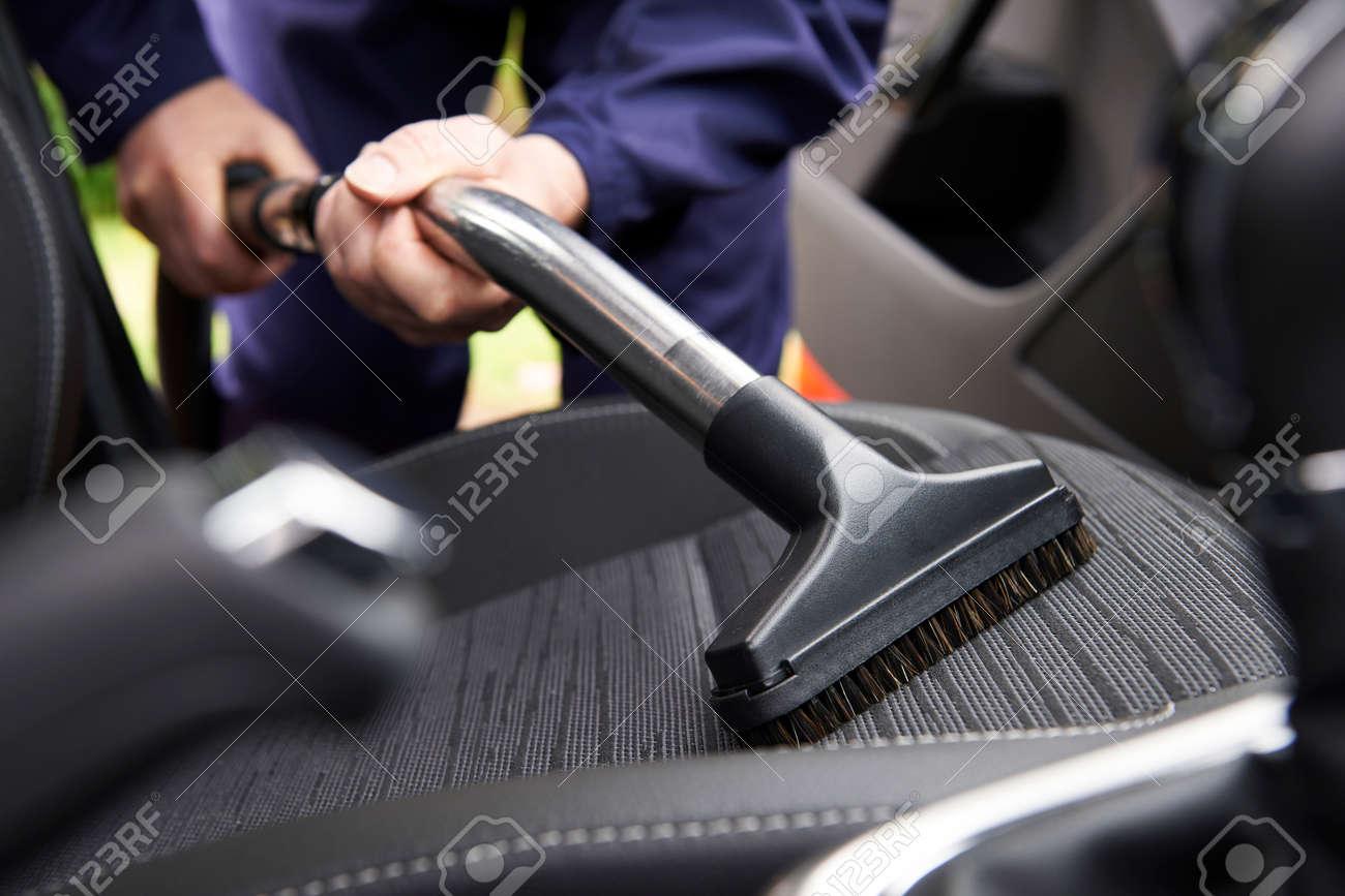 Man Hoovering Sitz Des Autos Während Kfz-Reinigung Lizenzfreie Fotos ...