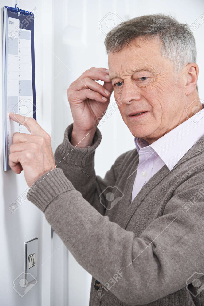 Confused Senior Man With Dementia Looking At Wall Calendar Banque d'images - 52518746