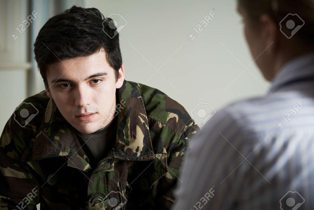 Soldier Suffering With Stress Talking To Counselor Banque d'images - 52726723